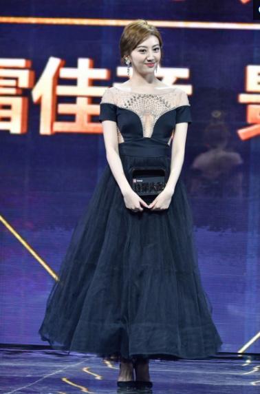范冰冰吊坠图片_【明星】同穿黑色长裙,范冰冰身材碾压景甜,网友:胸呢,腰呢?